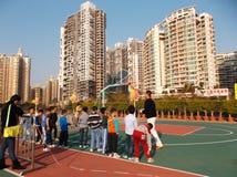 Shenzhen, China: de kinderen spelen basketbalkennis opleiding Royalty-vrije Stock Afbeeldingen