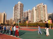 Shenzhen, China: de kinderen spelen basketbalkennis opleiding Stock Afbeeldingen