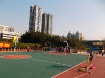 Shenzhen, China: de kinderen spelen basketbalkennis opleiding Royalty-vrije Stock Fotografie