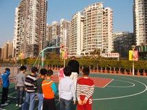 Shenzhen, China: de kinderen spelen basketbalkennis opleiding Stock Fotografie