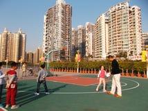 Shenzhen, China: de kinderen spelen basketbalkennis opleiding Stock Foto's