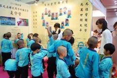 Shenzhen, China: De kinderen van China dragen oud kostuum Stock Afbeelding