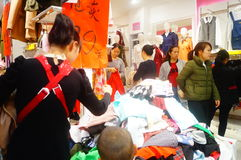Shenzhen, China: de kledende opslag voorzien kleding, vrouwen koopt Royalty-vrije Stock Fotografie