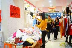 Shenzhen, China: de kledende opslag voorzien kleding, vrouwen koopt Stock Foto