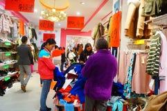 Shenzhen, China: de kledende opslag voorzien kleding, vrouwen koopt Stock Afbeelding