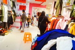 Shenzhen, China: de kledende opslag voorzien kleding, vrouwen koopt Royalty-vrije Stock Foto's