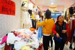 Shenzhen, China: de kledende opslag voorzien kleding, vrouwen koopt Stock Fotografie