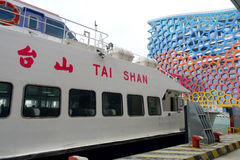 SHENZHEN, CHINA 11 DE MAIO DE 2017: O turbojato Tai Shan nos povos de espera do porto proporciona serviços entre Hong Kong Imagem de Stock