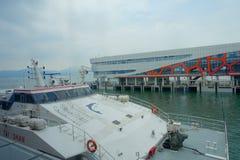 SHENZHEN, CHINA 11 DE MAIO DE 2017: O turbojato Tai Shan nos povos de espera do porto proporciona serviços entre Hong Kong Imagens de Stock Royalty Free