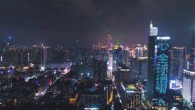 SHENZHEN, CHINA - 30 DE MARÇO DE 2019: Cidade iluminada na noite durante a mostra clara r Guangdong filme