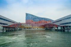 SHENZHEN, CHINA 11 DE MAYO DE 2017: Edificio muy impresive del transbordador terminal, donde el turborreactor proporciona servici fotografía de archivo libre de regalías
