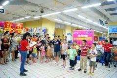 Shenzhen China: de spelen van de familiepret Stock Foto