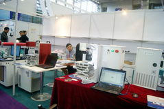Shenzhen, China: de verkoop van de het materiaaltentoonstelling van verwerkingsjuwelen stock foto's