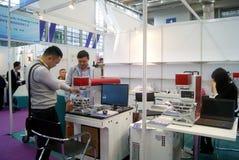 Shenzhen, China: de verkoop van de het materiaaltentoonstelling van verwerkingsjuwelen stock fotografie