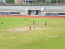 Shenzhen, China: de vrouwelijke studenten spelen voetbal Royalty-vrije Stock Afbeelding