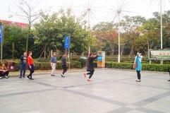 Shenzhen, China: de vrouwen dansen gelukkig in het vierkant Royalty-vrije Stock Afbeeldingen