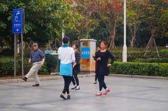 Shenzhen, China: de vrouwen dansen gelukkig in het vierkant Stock Foto's