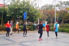 Shenzhen, China: de vrouwen dansen gelukkig in het vierkant Stock Foto