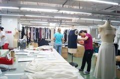 Shenzhen, China: de workshop van de kledingstukfabriek Stock Afbeeldingen