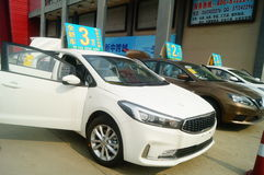 Shenzhen, China: demandas de publicidad de las ventas autos que el nuevo coche será solamente 20 mil yuan a conducir a casa Imagen de archivo