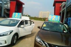Shenzhen, China: demandas de publicidad de las ventas autos que el nuevo coche será solamente 20 mil yuan a conducir a casa Foto de archivo libre de regalías