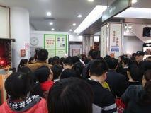 Shenzhen, China: der Supermarkt, der voll von RMB 60 Yuan, mit der UnionPay-Geldbörse kauft, kann Rabatt des Yuan RMB erhalten 30 Stockfotos