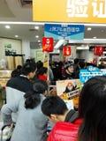 Shenzhen, China: der Supermarkt, der voll von RMB 60 Yuan, mit der UnionPay-Geldbörse kauft, kann Rabatt des Yuan RMB erhalten 30 Stockfotografie