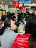 Shenzhen, China: der Supermarkt, der voll von RMB 60 Yuan, mit der UnionPay-Geldbörse kauft, kann Rabatt des Yuan RMB erhalten 30 Lizenzfreie Stockfotos