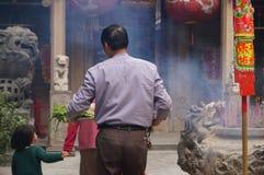 Shenzhen, China: der Tempel, zum des Weihrauchs zu brennen, um anzubeten Stockbilder