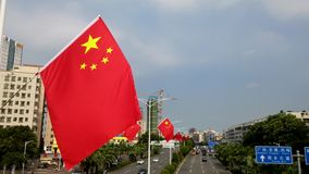 Shenzhen, China: die helle Fünf-Sternerote fahne wird an die Straße gehangen, um die Ankunft des Nationaltags zu grüßen