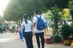 Shenzhen, China: Die Liebhaber der Sekundarschule-Studenten gehen auf die Straße, diese ist Jugendliebe-Phänomen stockfoto
