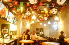 Shenzhen, China: el fútbol está en la exhibición en tiendas de la comida y de la bebida Durante el mundial, hay un descuento en c Fotos de archivo