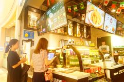 Shenzhen, China: el fútbol está en la exhibición en tiendas de la comida y de la bebida Durante el mundial, hay un descuento en c Foto de archivo