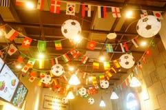 Shenzhen, China: el fútbol está en la exhibición en tiendas de la comida y de la bebida Durante el mundial, hay un descuento en c Imagen de archivo