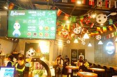 Shenzhen, China: el fútbol está en la exhibición en tiendas de la comida y de la bebida Durante el mundial, hay un descuento en c Imágenes de archivo libres de regalías