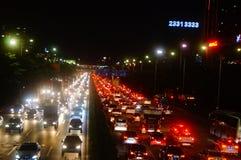 Shenzhen, China: el paisaje del tráfico del camino del nacional 107 en la noche Imagen de archivo