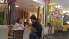 Shenzhen, China: em restaurantes do ` s de McDonald, os povos comem ou descansam na noite vídeos de arquivo