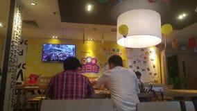 Shenzhen, China: em restaurantes do ` s de McDonald, os povos comem ou descansam na noite filme