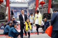 Shenzhen, China: en la puerta del templo son los mendigos Imagen de archivo