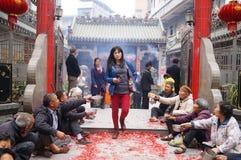 Shenzhen, China: en la puerta del templo son los mendigos Imágenes de archivo libres de regalías