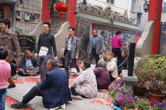 Shenzhen, China: en la puerta del templo son los mendigos Fotografía de archivo libre de regalías