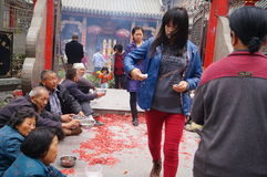 Shenzhen, China: en la puerta del templo son los mendigos Fotos de archivo