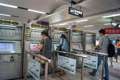 Shenzhen, China: estação de metro para comprar bilhetes às mulheres Imagens de Stock Royalty Free