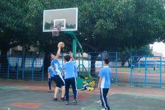 Shenzhen, China: estudantes da escola secundária que jogam o basquetebol imagens de stock royalty free