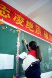 Shenzhen, China: estudiantes en la escritura del periódico de la pizarra Fotos de archivo