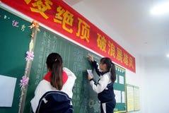 Shenzhen, China: estudiantes en la escritura del periódico de la pizarra Foto de archivo