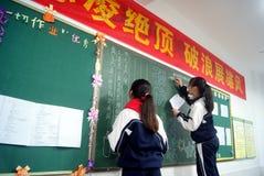 Shenzhen, China: estudiantes en la escritura del periódico de la pizarra Imagen de archivo libre de regalías