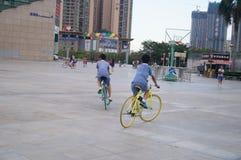 Shenzhen, China: estudiantes en las bicicletas Foto de archivo