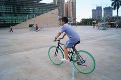 Shenzhen, China: estudiantes en las bicicletas Fotos de archivo