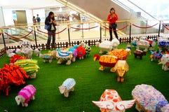 Shenzhen, China: Exposición de las ovejas de Art Painting del estallido Imagen de archivo libre de regalías